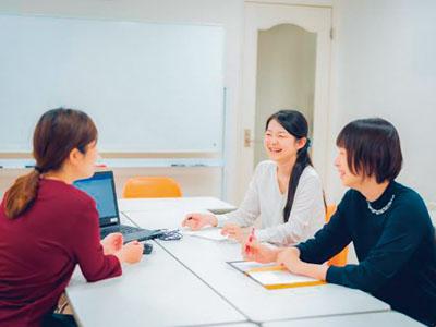 カフェ風の明るいオフィスで保育現場のスタッフをサポート! 従業員の9割が女性の職場。目指すのは日本一ハッピーが溢れる保育所!イメージ01